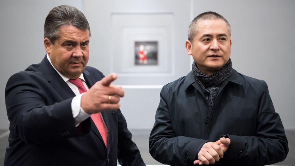 Bundeswirtschaftsminister Sigmar Gabriel: Der Politiker weilt noch in China, trifft dort unter anderem den Künstler Zeng Fanzhi. Doch der Streit um die Genehmigung der Übernahme Aixtrons durch ein chinesisches Unternehmen holt ihn auch dort ein