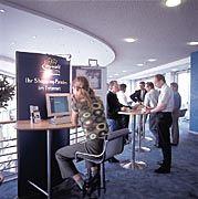 Neue Zielgruppen: Karstadt installiert Online-Terminals bei IBM in Essen. Das soll dem Online-Shop des Kaufhauskonzerns, My-World, Kunden zuführen.