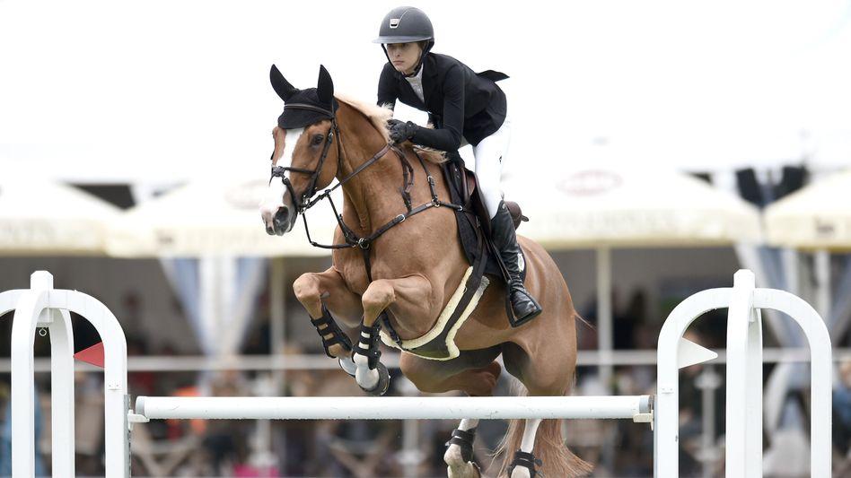 Springprüfung: Das Pferd Venue d'Fees Des Hazalles trägt Eve Jobs zum Großen Preis in Hamburg am Samstag