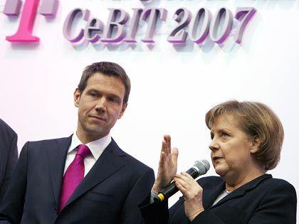 Merkel bremst: Die Bundeskanzlerin (rechts neben Telekom-Chef René Obermann) kann sich nicht für eine Begrenzung von Managergehältern erwärmen