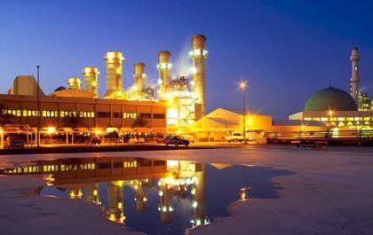 Industriezone der Superlative: Die Industriezone Taweelah beherbergt schon heute drei große Kraftwerke, die Endstation der Dolphin-Gaspipeline, die zusammen mit dem Emirat Katar finanziert wurde, und die Baustelle der Emal-Aluminiumhütte