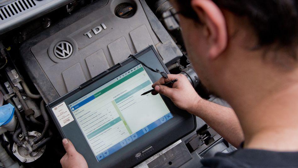 Nicht so sauber wie gedacht: Techniker mit VW-Dieselmotor