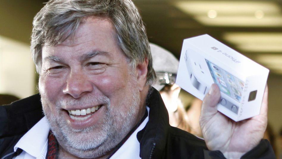 Kann sich für Gadgets begeistern: Steve Wozniak mit neu gekauftem iPhone 4S, Aufnahme von 2011