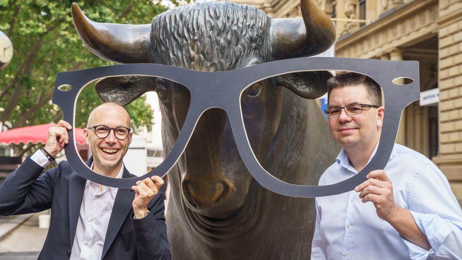 Durchblick: Mirko Casper (l.) und Dirk Graber, die Co-Vorstandsvorsitzenden von Mister Spex, vor der Frankfurter Börse