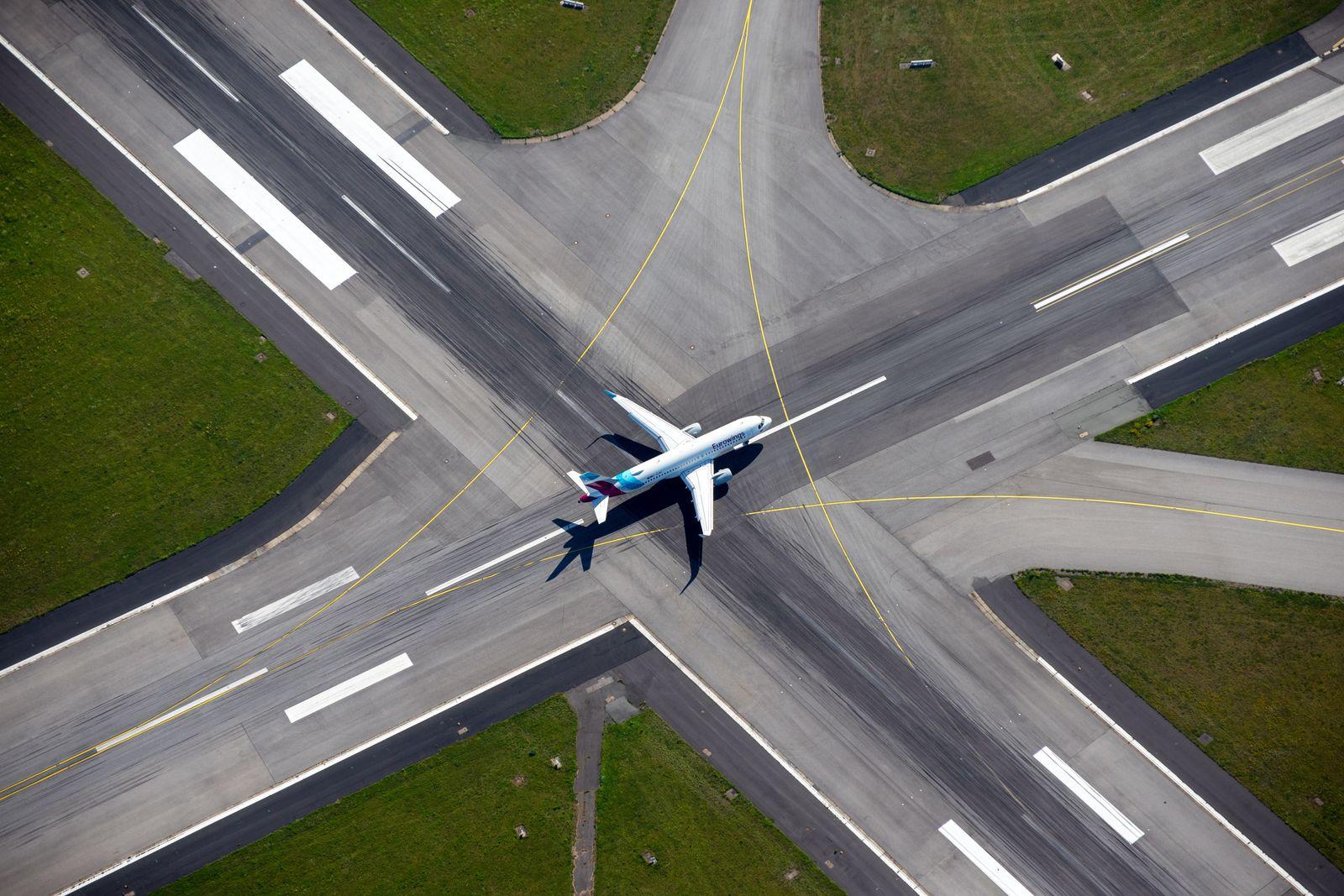 Airbus A320-214 Eurowings in FuhlsbŸttel auf der Landebahn