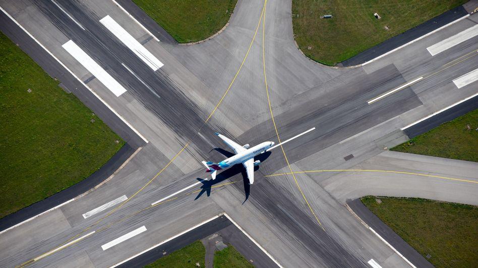 Heikle Mission: Eurowings (hier eine Maschine am Hamburger Flughafen) muss schneller ein Geschäftsmodell finden als die Lufthansa mit ihrem Langstreckengeschäft