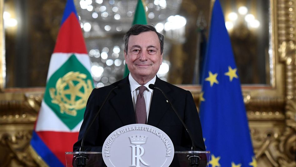 Er rettete den Euro - kann er Italien einen? Der ehemalige Chef der Europäischen Zentralbank, Mario Draghi, spricht am späten Freitagabend zu den Journalisten nach einem Treffen mit Italiens Präsidenten Mattarella im Präsidentenpalast