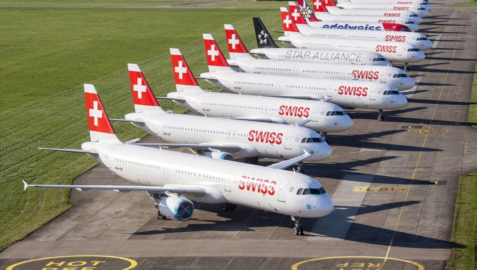 Geparkte Flugzeuge von Swiss und Edelweiss auf dem Flughafen Zürich
