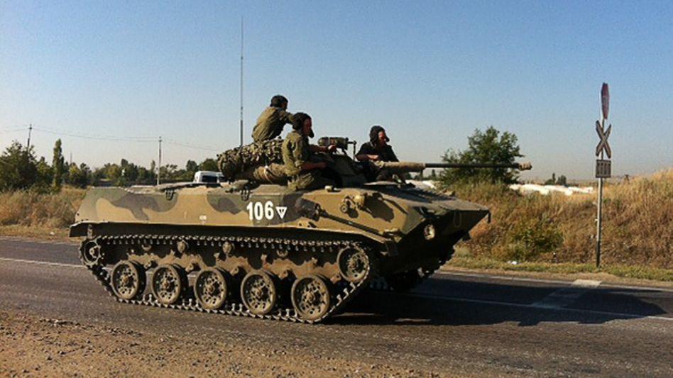Russischer Schützenpanzer in der Nähe der Grenze zur Ostukraine: Ein russischer Militärkonvoi hat in der Nacht die Grenze überschritten - und wurde offenbar von ukrainischen Truppen angegriffen