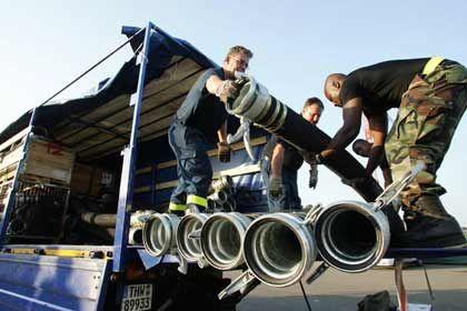 Krisengewinner Pumpenproduzenten: Mitarbeiter des Technischen Hilfswerks verladen Hochleistungspumpen vor dem Abflug in das überschwemmte New Orleans