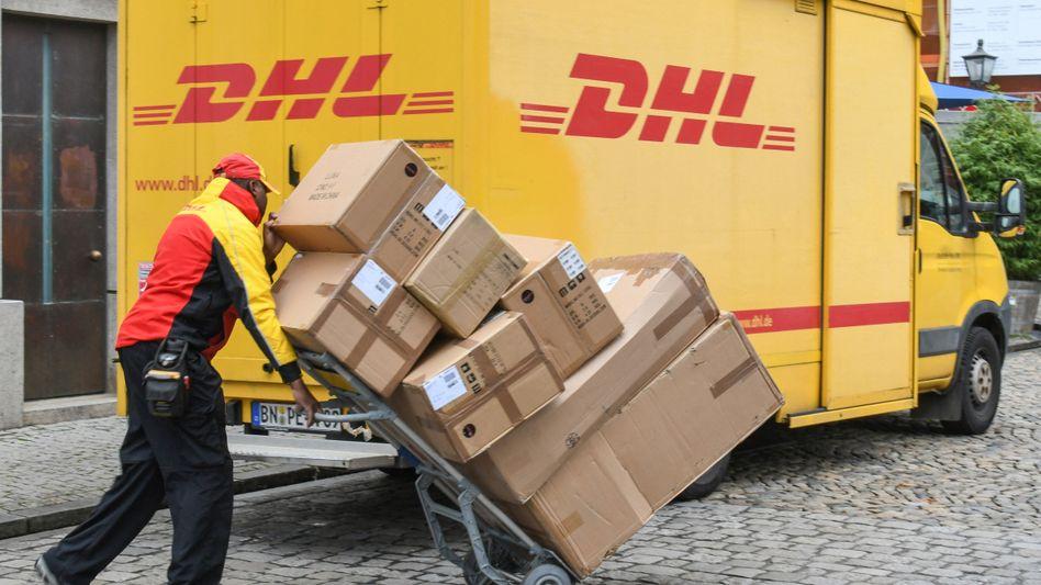 Knochenarbeit in der Corona-Krise: Die Paketzusteller Deutschen Post hatten während des Lockdowns noch mehr zu schleppen als sonst. Jetzt graut dem Vorstand ein wenig vor der Weihnachtszeit