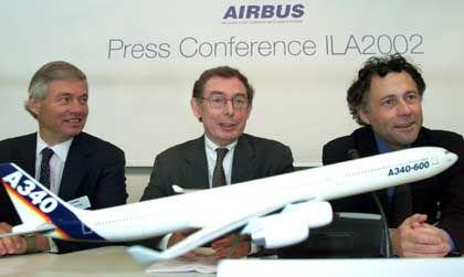 Airbus Verkaufschef John Leahy, Vorstandschef Noel Forgeard und sein Stellvertreter Philippe Delmas auf der International Luft- und Raumfahrtausstellung (ILA) in Berlin.