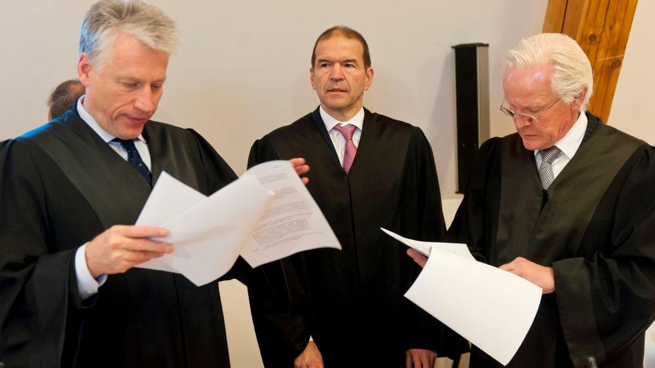 Niederlage vor Gericht: Die Anwälte des ehemaligen Deutsche-Bank-Chefs Rolf Breuer, Luidger Roeckrath (links), Markus Meier (Mitte) und Peter Heckel