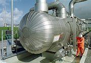 """Druck auf dem Kessel: Die Empfangsanlage der Erdgasleitung """"Europipe II"""" bei Aurich fährt das mit rund 105 bar Druck ankommende Erdgas auf einen Druck von rund 70 bar herunter"""
