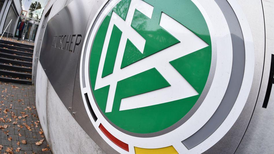DFB-Logo vor der Zentrale des Deutschen Fußball-Bundes in Frankfurt am Main