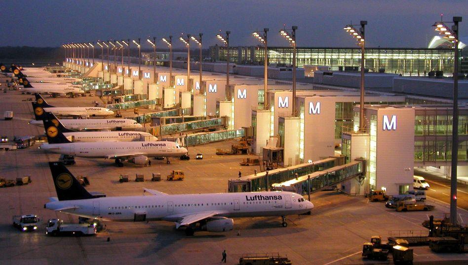 Lufthansa-Jets bei Nacht am Terminal 2 des Münchner Flughafens: Schlechte Geschäfte in den ersten drei Monaten des Jahres 2012