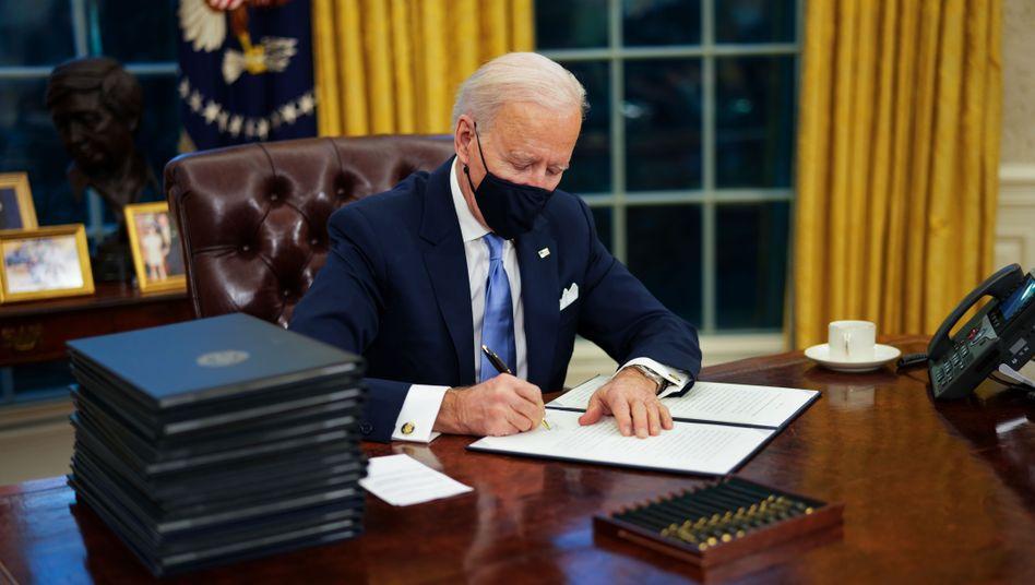 Keine Zeit zu verlieren: Kaum zwei Stunden nach seiner Ankunft im Weißen Haus begann Joe Biden mit der Arbeit