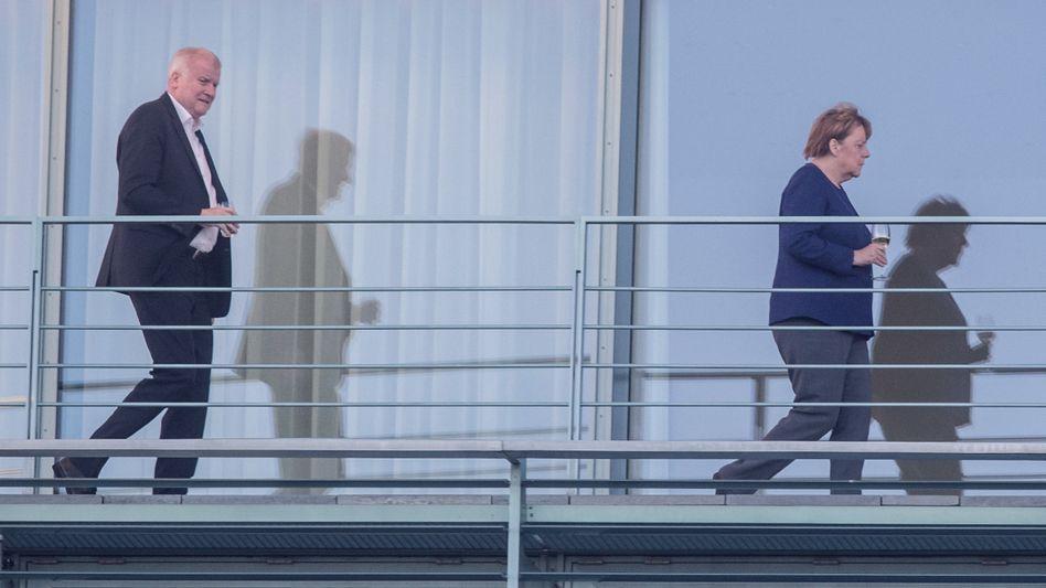 """""""Dass es ernst ist, weiß jeder"""": Bundeskanzlerin Angela Merkel und Innenminister Horst Seehofer (CSU) auf dem dem Balkon des Kanzleramtes. CSU und CDU streiten erbittert um die Asylpolitik in Deutschland. Merkel lehnt nationale Alleingänge wie sie Seehofer anstrebt weiter strikt ab, Seehofer lehnt Merkels Vorschläge zu sogenannten Ankerzentren ab"""