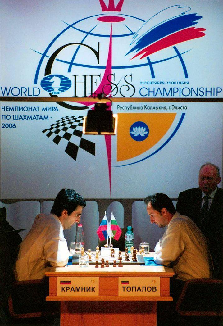 """Psychologische Kriegsführung: Die Großmeister Kramnik (links) und Topalow bei ihrem Duell 2006, das wegen der """"Toilettenaffäre"""" in die Geschichte einging"""