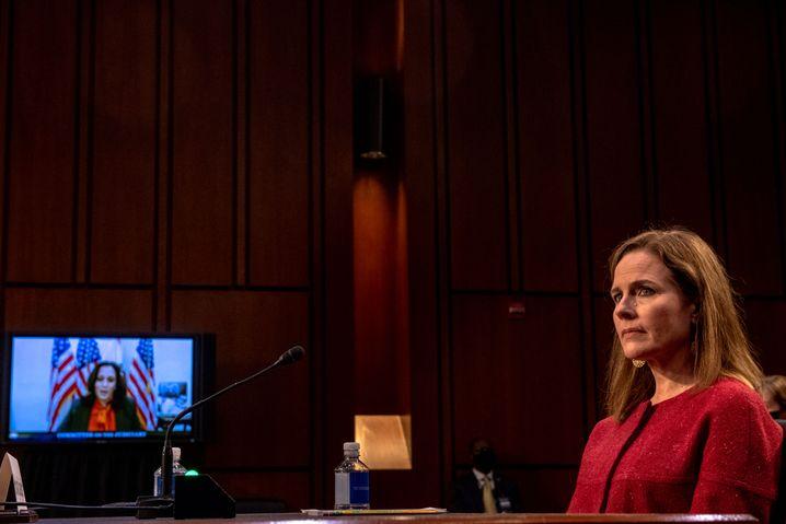 Barrett im Gespräch mit Kamala Harris, der Vizepräsidentschaftskandidatin der Demokraten