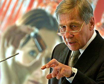 Wolfgang Clement (64) sucht - wie sein Kanzler - die Nähe der Bosse, allerdings nicht bei abendlichen Rotweinrunden, sondern im harten Alltagsgeschäft. Der Sozialdemokrat hat stets ein offenes Ohr für die Sorgen der Manager. Denen wiederum gefällt sein Reformeifer, der allerdings in der Vorwahlzeit zunehmend erlahmt und nicht mehr gewünscht ist. Für Gewerkschafter und Genossen ist Clement der Buhmann. Einst als Kronprinz von Schröder gehandelt, ist das Verhältnis der beiden Machtmenschen heute eher distanziert.