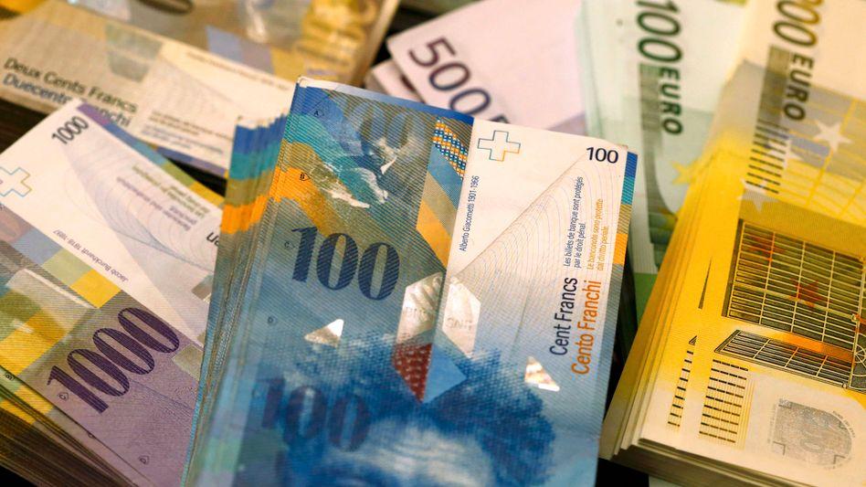 Euro, Schweizer Franken: Die EZB ist seit Jahren im Krisenmodus. Die Schweizer Notenbank kämpft mit Minuszinsen gegen eine zu starke Aufwertung des Schweizer Franken an. Und die Fed senkt auch wieder die Zinsen