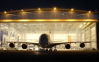 Jungfernflug im März 2005: Zur feierlichen Premiere wird der A380 mit einem neuen Logo auf der Heckflosse nur gerollt