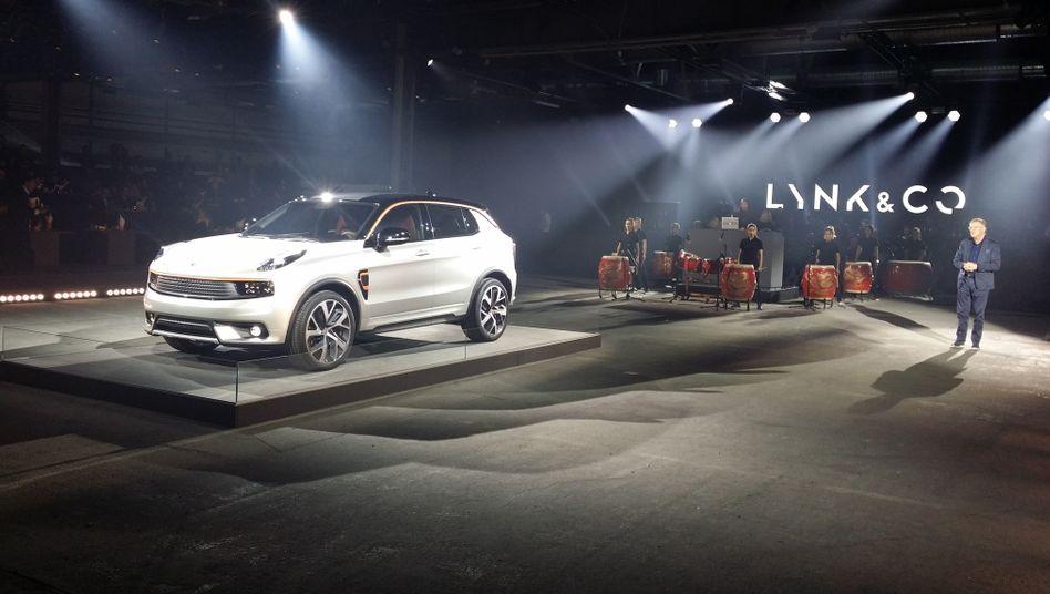 """Seht her, ein Geländewagen: Mit viel Pomp präsentierte Lynk & Co, die neue Marke der chinesischen Volvo-Mutter Geely, ihr erstes Modell """"01"""" in Berlin"""