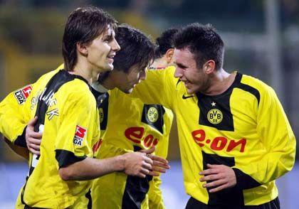 """Borussia Dortmund: Gläubiger und Anleger zahlen die Zeche Deutschlands einziger börsennotierter Fußballclub Borussia Dortmund schockierte seine Aktionäre im Februar 2005 mit dem Eingeständnis, durch die verschwenderische Geschäftspolitik seines Managements in eine """"existenzbedrohende Ertrags- und Finanzsituation"""" gerutscht zu sein. Für das Geschäftsjahr 2004/05 wies der BVB einen Verlust von fast 80 Millionen Euro aus. Mehr als drei Viertel des Unternehmenskapitals waren aufgezehrt. Die drohende Pleite hätte den Traditionsverein auch die Spiellizenz für die Bundesliga gekostet. Rettung in letzter Minute:. Um das zu verhindern, einigten sich die Gläubiger, millionenschwere Altkredite zu stunden. Die Anteilseigner des Molsiris-Fonds der Commerzbank, der 2003 das Westfalenstadion gekauft hatte, stimmten der Rückabwicklung von 42,8 Prozent der Stadionanteile zu. Selbst die Namensrechte der Fußballarena hat der BVB inzwischen verpfändet. Vereinspräsident Gerd Niebaum und Geschäftsführer Michael Meier traten nach langem Zögern zurück. Meier ist mittlerweile Manager des 1.FC Köln."""