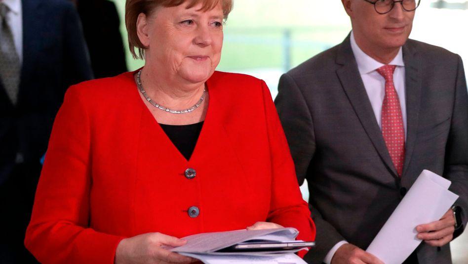 """""""Wir müssen vorsichtig bleiben"""": Kanzlerin Angela Merkel und Hamburgs Bürgermeister Peter Tschentscher am 6. Mai auf dem Weg zu einer Pressekonferenz im Kanzleramt nach einer Video-Schalte mit den Ministerpräsidenten der Länder."""