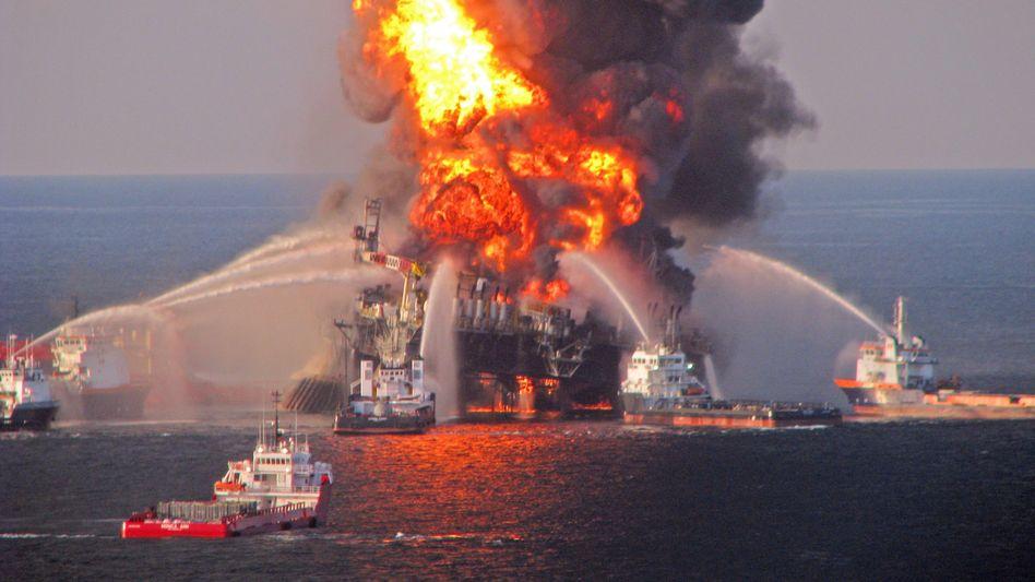 """Folgenschwerer Unfall: Die Explosion der Ölplattform """"Deepwater Horizon"""" im Golf von Mexiko löste nicht nur eine gigantische Umweltkatastrophe aus. Bei BP entstand ein erhebliches Loch in der Bilanz"""