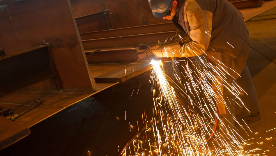 Werftarbeiter in Rostock: Deutschlands Arbeitslosenquote ist im November auf ein fast historisches Tief gefallen
