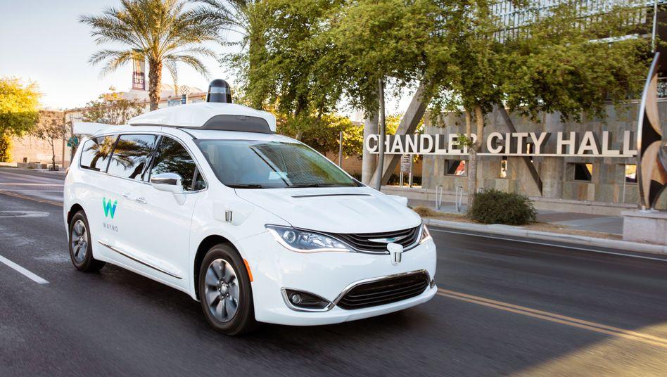 Ein selbstfahrendes Auto von Waymo, ein umgebauter Chrysler-Minivan, auf einer öffentlichen Straße in Phoenix