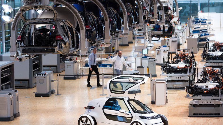 Produktion des E-Golf in Dresden: Die Dieselkrise sorgt erneut für einen Gewinneinbruch, doch der steigende Umsatz erfreut VW-Aktionäre