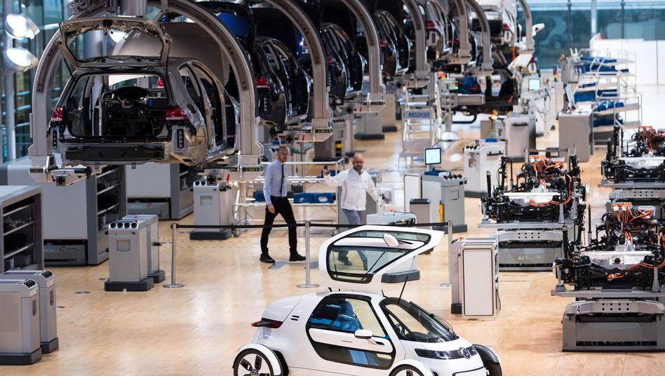 Elektroauto-Produktion im Volkswagen-Werk in Dresden: Volkswagen will im Verlauf der nächsten Jahre allein in den Ausbau der Elektromobilität und den Bau von Elektroautos 30 Milliarden Euro investieren