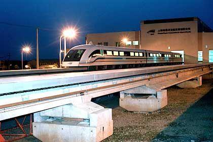 Transrapid mit deutschem Knowhow: Eine 31 Kilometer lange Strecke verbindet das Shanghaier Finanzzentrum mit dem Flughafen Pudong