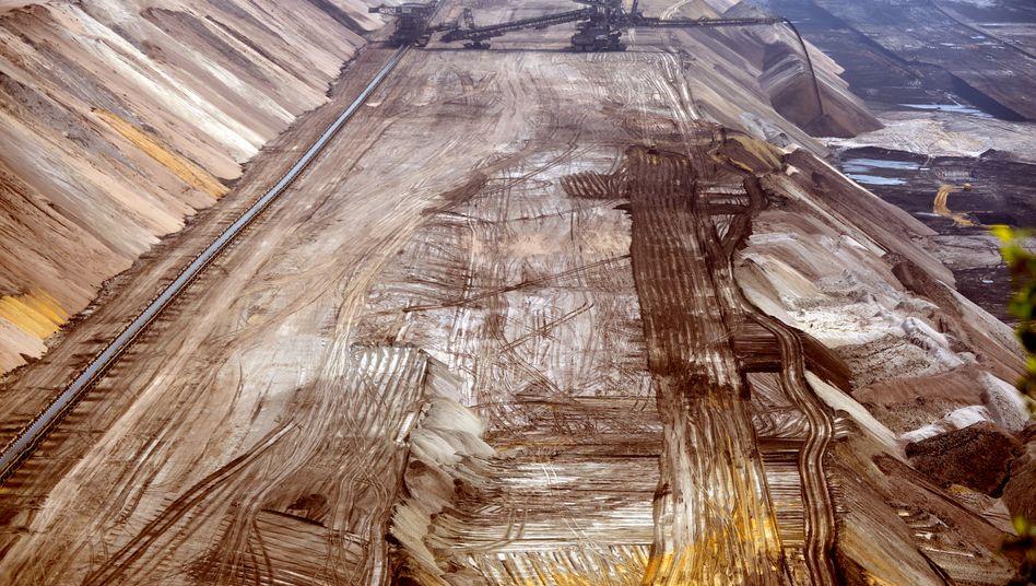 Braunkohlebagger im Tagebau Garzweiler (zwischen Düsseldorf und Mönchengladbach): Der Versorger RWE hat einen Bericht über ein vorzeitiges Aus für den umstrittenen Braunkohletagebau zurückgewiesen