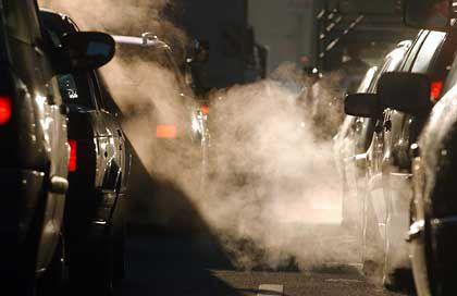 Stau: Laut Plänen der Regierung soll die Kfz-Steuer künftig an den CO2-Ausstoß gekoppelt werden