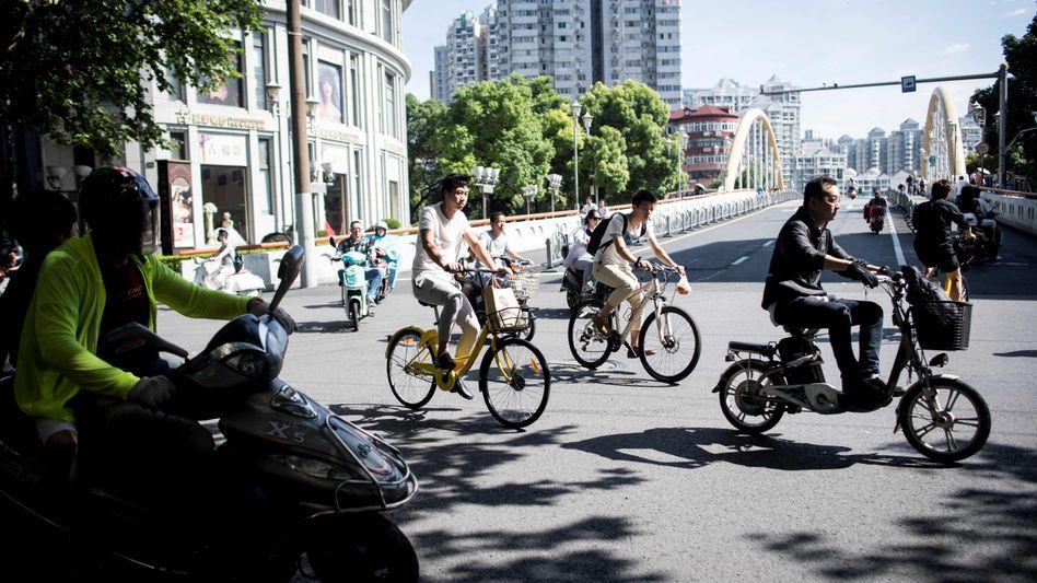 China: Wer mit einem Leih-Fahrrad zur Arbeit fährt, bekommt Sozialpunkte. Wer allein im Auto fährt oder allein in einer großen Wohnung lebt, riskiert Punktabzug. Bürger mit schlechtem Score bekommen weder Darlehen noch Flugtickets