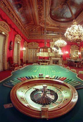 Spannung am Spieltisch: In der Opernhaus-Kulisse der Spielbank trifft sich die Wellness-Welt zum Zeitvertreib