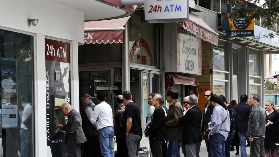 Lange Schlangen vor der Laiki Bank: Zypriotisches Geldhaus vor dem Aus