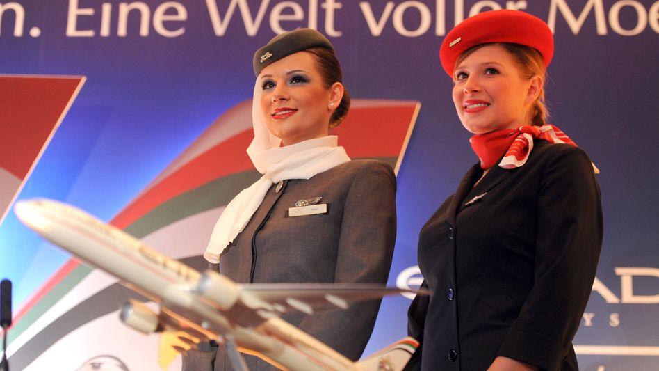 Stewardessen von Air Berlin (r.) und Etihad: Der Großaktionär aus Abu Dhabi ist offenbar unzufrieden mit den Sanierungsfortschritten der angeschlagenen Fluglinie