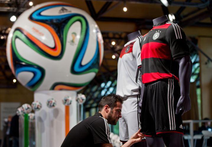 Im WM-Modus: Nationaltrikots und Turnierball Brazuca, ausgestellt zur Adidas-Hauptversammlung