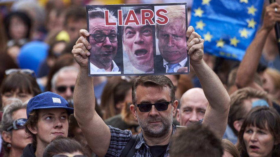 Protest; Ein Demonstrant bezeichnet Michael Gove, Nigel Farage and Boris Johnson als Lügner. Dennoch sind die Chancen von Populist Johnson, der nächste britische Regierungschef zu werden, exzellent