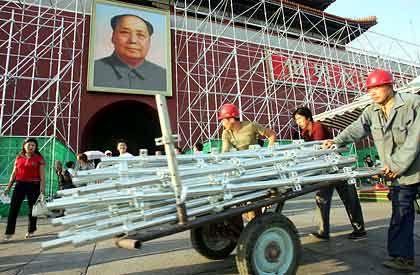 Gesellschaft im Umbau: Bauarbeiter vor dem Pekinger Tiananmen-Tor mit Mao-Porträt