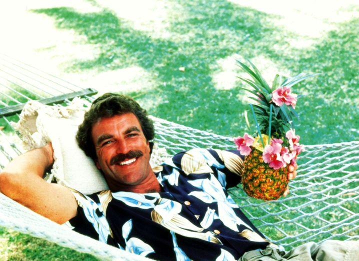 So nicht: Schauspieler Tom Selleck als Thomas Magnum pflegte einen eher nonchalanten Kleidungsstil. Im beruflichen Umfeld nur tauglich für Privatdetektive auf Hawaii.