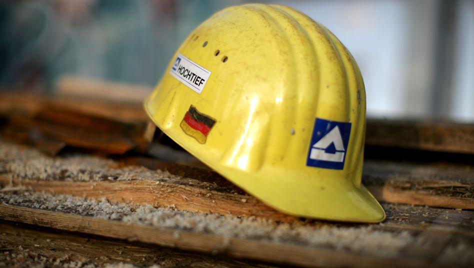 Ein Helm mit dem Logo des Baukonzerns Hochtief: Branche glaubt kaum noch an Umsatzziel