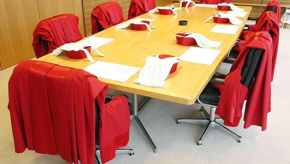 Rote Roben: Die Bundesverfassungsrichter entscheiden heute über die Rechtmäßigkeit möglicher Anleihenkäufe im Zuge des sogenannten OMt-Programms. Sie sind dabei allein dem Grundgesetz verpflichtet