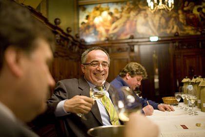 Schmecken und bewerten: Weinexperten Briesch und Brügesch beim Test