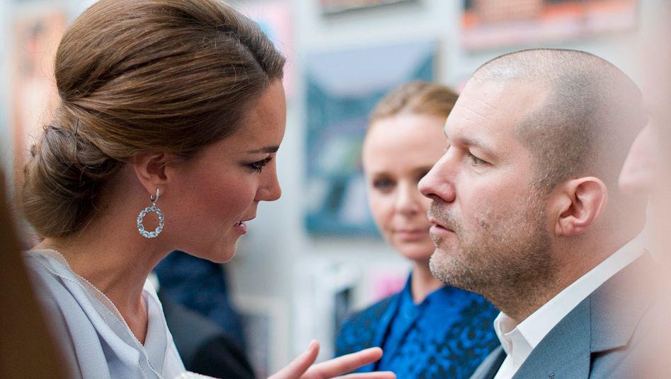 """Ist wer: Jony Ive, Designer und Brite, im Gespräch mit Catherine (""""Kate""""), Herzogin von Cambridge."""